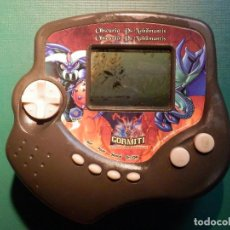 Videojuegos y Consolas: MAQUINITA ELECTRÓNICA - MÁQUINA LCD - VIDEO JUEGO - CONSOLA GORMITI 2008 - OBSCURIO VS NOBILMANTIS. Lote 214393332