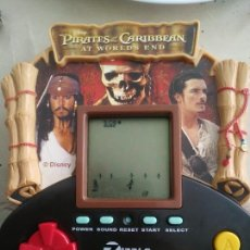 Videojuegos y Consolas: PIRATAS DEL CARIBE A FINALES DEL MUNDO JUEGO LCD ZIZZLE 2007 GAME WATCH PIRATES OF THE CCARIBBEAN. Lote 221680261