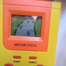 Videojuegos y Consolas: MAQUINITA GAME CHILD MOTOR CYCLE -FUNCIONANDO REVISADA JUEGOS INTERCABIABLES PARA EL MISMO MODELO.. Lote 277632468