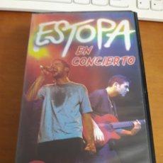 Vídeos y DVD Musicales: VHS ESTOPA EN CONCIERTO. EDICION BMG DE 2001.. Lote 188693636
