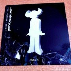 Vídeos y DVD Musicales: JAMIROQUAI FEELS JUST LIKE IT SHOULD + ENTREVISTA DVD PROMO CARTON DEL AÑO 2005 UK NO CD DVD-R. Lote 262458855
