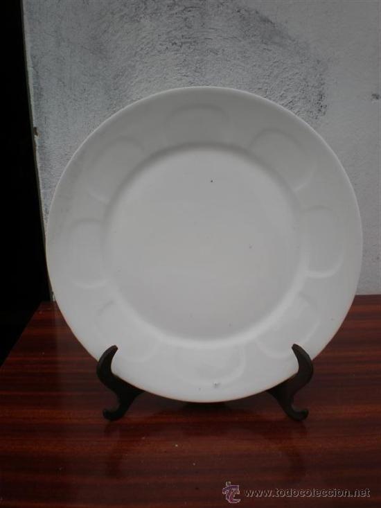 PLATO DE CERAMICA EN BALCO FIRMADO (Vintage - Decoración - Porcelanas y Cerámicas)