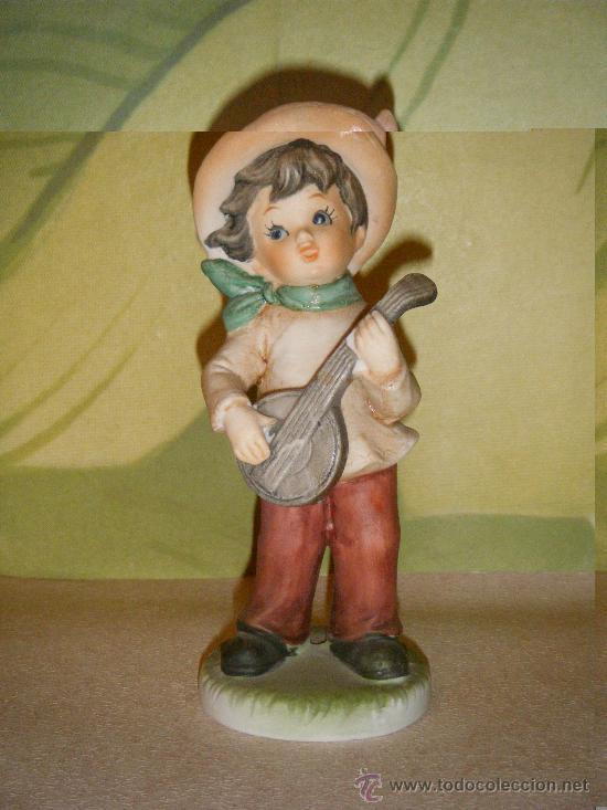 FIGURA DE NIÑO TOCANDO EL BANJO AÑOS 70 (Vintage - Decoración - Porcelanas y Cerámicas)