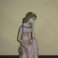 Vintage: GRAN PORCELANA DE 27 CM SELLADA CASADES - MUJER CON LIBRO - AÑOS 70/80. Lote 37848082