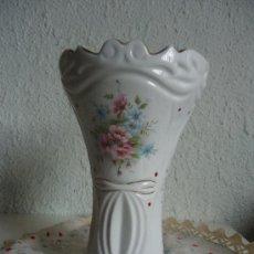 Vintage: JARRÓN DE PORCELANA DECORADO CON FLORES Y ORO. Lote 38512695
