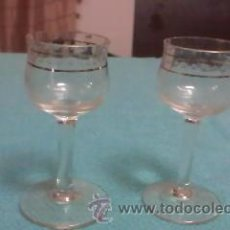 Vintage: LOTE DE 2 PRECIOSAS COPAS PARA LICOR CON FILOS DORADOS.. Lote 40019880
