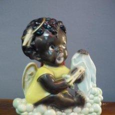 Vintage: DIVERTIDO RELIEVE CERÁMICO VINTAGE PARA COLGAR EN LA PARED DE UN ANGELITO NEGRO HACIENDO LA COLADA. Lote 40299287