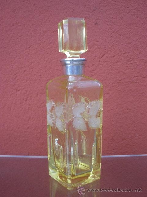 BOTELLA AMARILLA DE CRISTAL, BOCA DE PLATA. (Vintage - Decoración - Cristal y Vidrio)