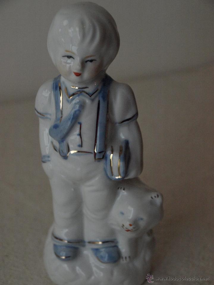 FIGURA DE PORCELANA TIPO BISCUIT. NIÑO CON PERRO O GATO. 16 CM ALTO X 5,5 ANCHO APROX. VER FOTOS (Vintage - Decoración - Porcelanas y Cerámicas)