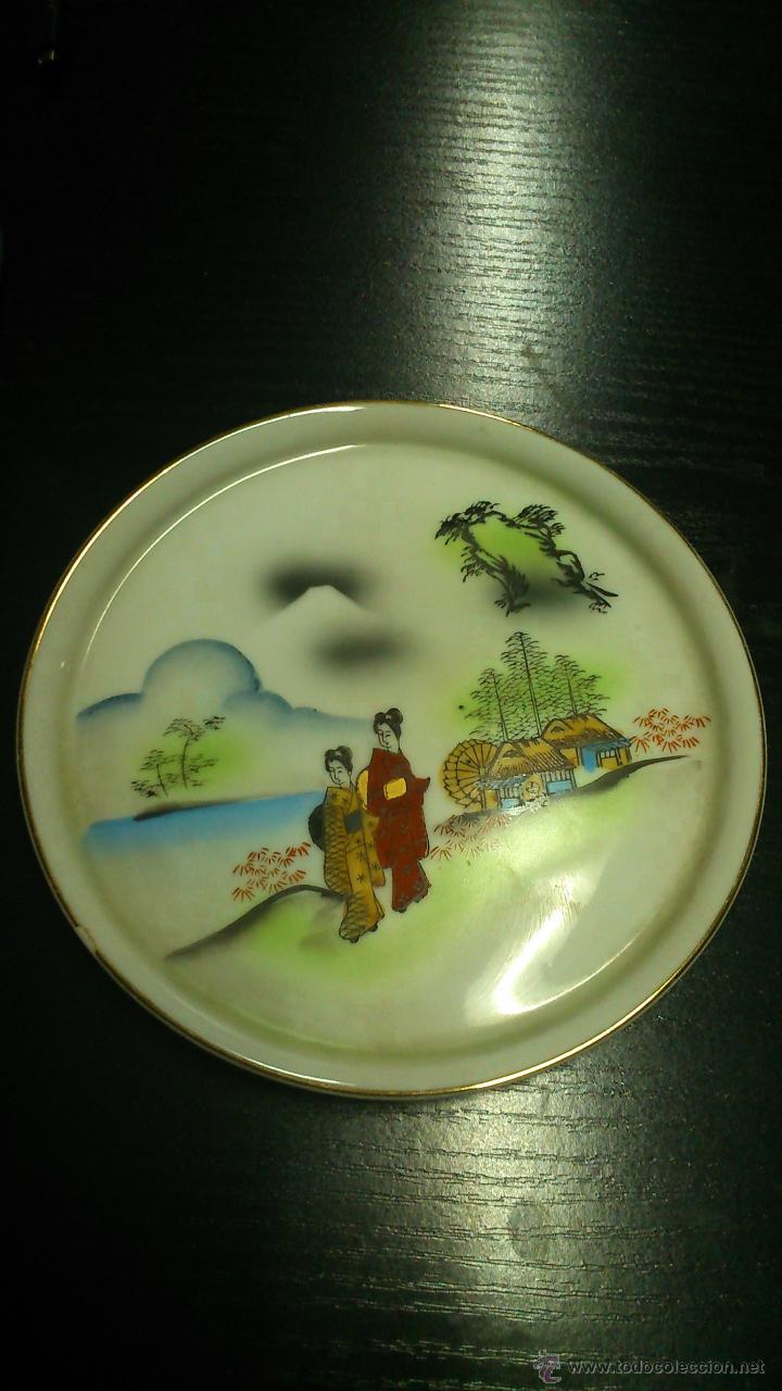 PLATO CON DOS JAPONESAS EN EL CAMPO. (Vintage - Decoración - Porcelanas y Cerámicas)