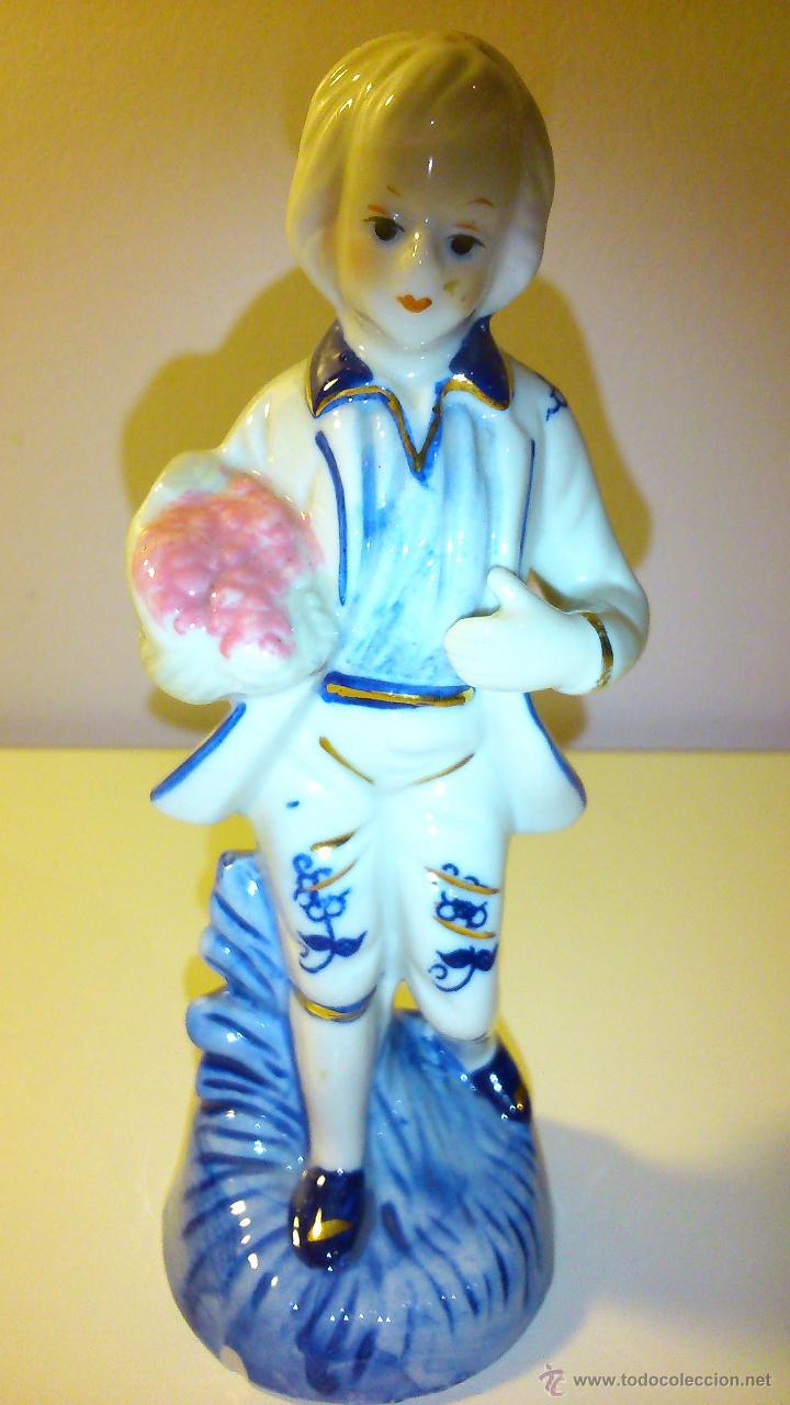 NIÑO CON RAMO DE FLORES. (Vintage - Decoración - Porcelanas y Cerámicas)