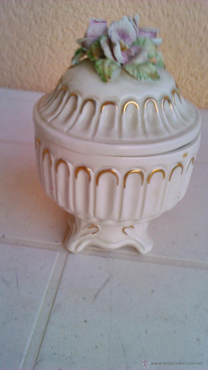 BONITO JOYERO DE PORCELANA CON FLORES EN LA TAPA. (Vintage - Decoración - Porcelanas y Cerámicas)