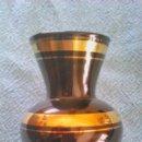 Vintage: PEQUEÑO JARRÓN DE CRISTAL NEGRO CON FRANJAS DE ORO. AÑOS 50/60. Lote 43926743