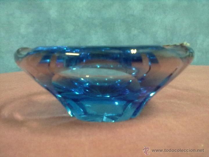 PESADO CENICERO CRISTAL AZUL TALLADO PLUMA PLATA (Vintage - Decoración - Cristal y Vidrio)