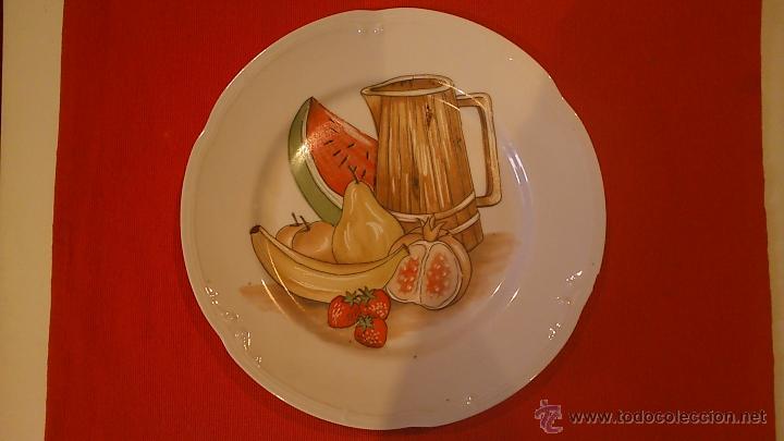 BONITO PLATO. PINTADO A MANO CON MOTIVOS FRUTALES (Vintage - Decoración - Porcelanas y Cerámicas)