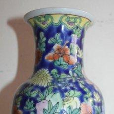 Vintage: JARRÓN CHINO EN PORCELANA - PINTADO A MANO CON MOTIVO FLORAL - AÑOS 70. Lote 48208479