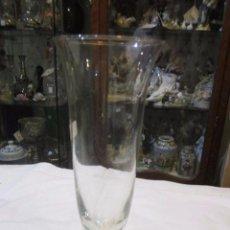 Vintage: ANTIGUO JARRÓN DE CRISTAL, CON FORMA DE COPA. 27 CMS. ALTURA X 10,5 DIÁMETRO BOCA.. Lote 97348759