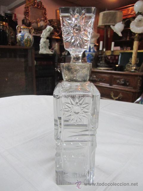 BOTELLA LICORERA DE CRISTAL TALLADO, CON BOCA DE PLATA. 30 CMS. ALTURA. (Vintage - Decoración - Cristal y Vidrio)