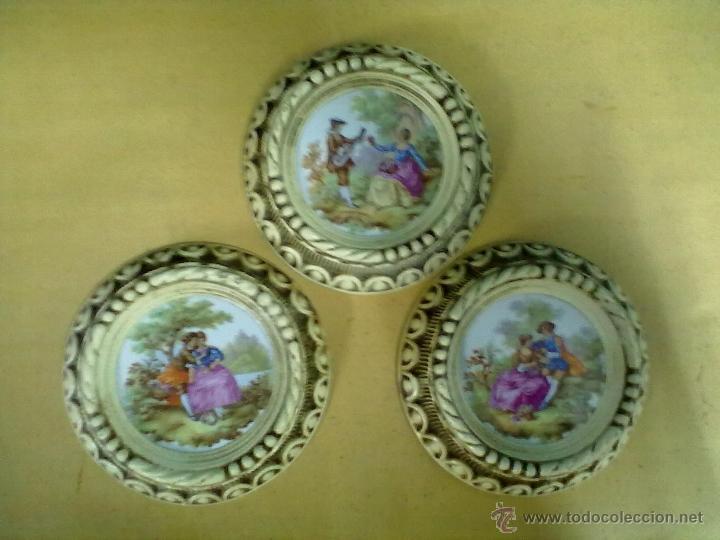 TRES PLACAS PORCELANA ESCENAS FRAGONARD ENMARCADAS (Vintage - Decoración - Porcelanas y Cerámicas)
