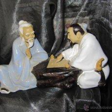 Vintage: GENUINA FIGURA 2 MAESTROS DE ARTES MARCIALES JUEGO WEIQI IGO- PORCELANA CHINA WANJIANG NUMERADA. Lote 49720185