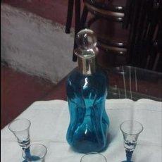 Vintage: LICORERA DE CRISTAL AZUL CON CUELLO DE PLATA Y CUATRO COPAS. Lote 50453628
