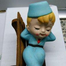 Vintage: ORIGINAL FIGURA DE UN NIÑO DURMIENDO EN UN BANCO . Lote 53111758