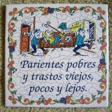 Vintage: AZULEJO DE CERAMICA, CON LEYENDA REFRAN = PARIENTES POBRES Y TRASTOS VIEJOS, POCOS Y LEJOS =.. Lote 53707713