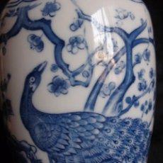Vintage: JARRÓN CHINO EN PORCELANA BLUE AND WHITE CON PAVO REAL 24 CM. Lote 58340465
