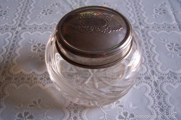 POLVERA DE CRISTAL TALLADO Y TAPA EN METAL. 8 POR 10 CMS. (Vintage - Decoración - Cristal y Vidrio)