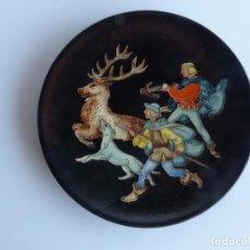 Vintage - Plato para decoración de pared con escena de caza. Cerámica de arista, Karlsruher Majolika. Alemania - 61509143