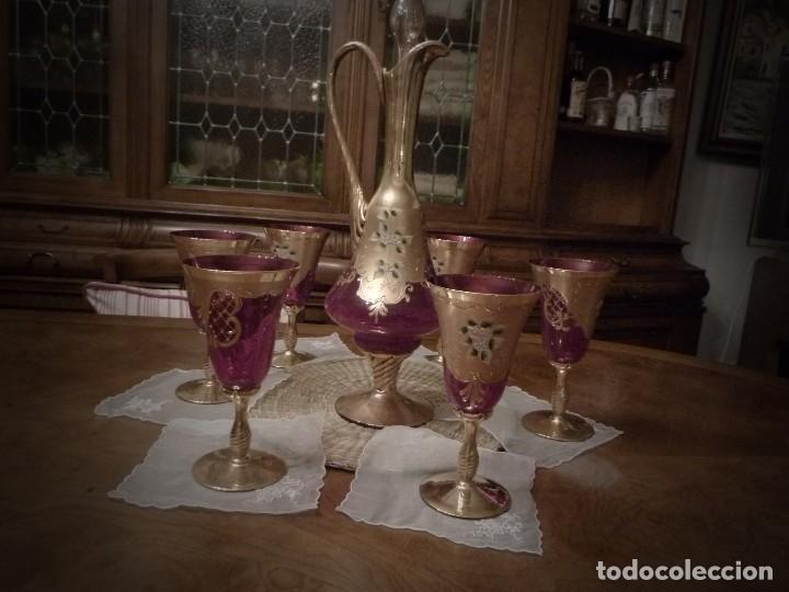 JUEGO DE CRISTAL DE MURANO JARRA CON TAPON Y 6 COPAS COLOR ROJO Y ORO (Vintage - Decoración - Cristal y Vidrio)
