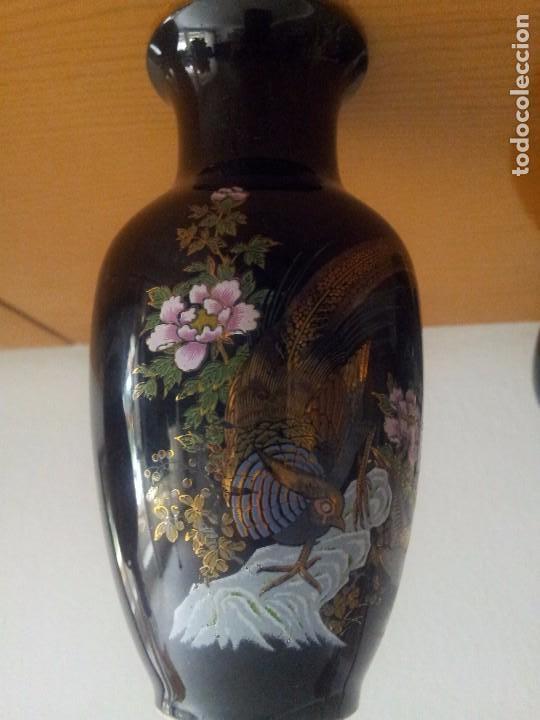 vintage jarrones pequeos de porcelana china en negro decorados foto