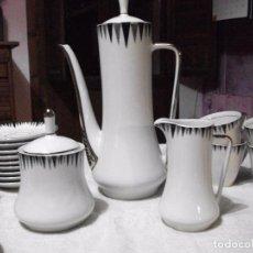 Vintage: JUEGO DE CAFÉ DE PORCELANA BLANCA DECORADA Y FILO PLATEADO AÑOS 70. Lote 79813217