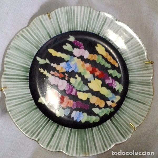 PLATO DE CERÁMICA DECORADO A MANO FORMAS GEOMÉTRICAS - FIRMADO DILEY (Vintage - Decoración - Porcelanas y Cerámicas)