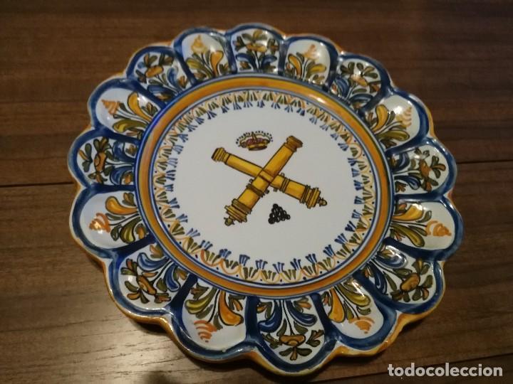 PLATO DE CERÁMICA DE TALAVERA ESCUDO DE ARTILLERIA (Vintage - Decoración - Porcelanas y Cerámicas)