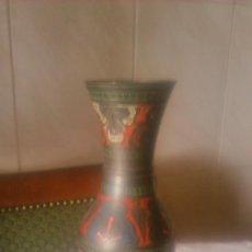 Vintage: PRECIOSO JARRÓN DE METAL CON DIBUJOS EN RELIEVE Y COLORIDOS.AÑOS 80. Lote 86872860