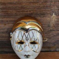 Vintage: MASCARA ARLEQUIN DECORADA EN ORO PORCELANA GALOS BELLO DISEÑO GALLEGO NUMERADA. Lote 242930705