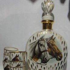 Vintage: LICORERA COÑAC EN PORCELANA Y SEIS CHUPITOS, CABALLOS.. Lote 95593959
