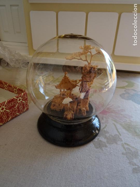 PRECIOSA URNA ESFERICA CON CRISTAL CON PAISAJE ORIENTAL EN CORCHO AÑOS 50/60 (Vintage - Decoración - Cristal y Vidrio)