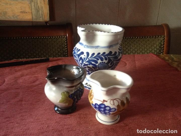 LOTE DE 3 JARRAS DE CERÁMICA PARA AGUA,VINO ETC.PINTADAS A MANO. (Vintage - Decoración - Porcelanas y Cerámicas)