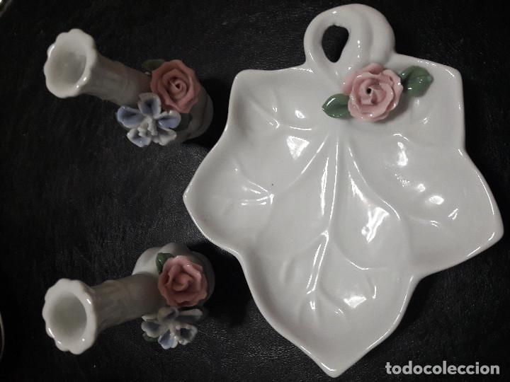 Vintage: Antiguo juego de platito con forma de hoja y dos violeteros en miniatura con flores en relieve. - Foto 2 - 103040527