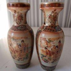 Vintage: PAR DE JARRONES JAPONESES CON DIBUJOS EN RELIEVE. Lote 104332531