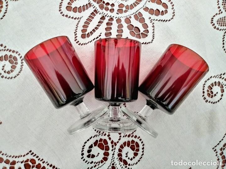 3 COPAS ORIGINALES AÑOS 60 ROJAS RUBÍ VINTAGE DIÁMETRO 5,9 CM ALTURA 10,5 CM IMPECABLE ESTADO (Vintage - Decoración - Cristal y Vidrio)