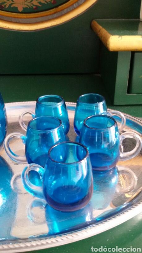 Vintage: Conjunto para licor en cristal azul turquesa. Jarra con tapón y 5 vasos. Años 70. Bandeja de regalo. - Foto 4 - 117613440