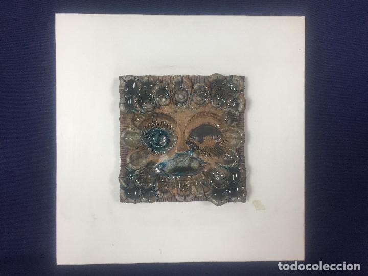 AZULEJO RELIEVE INCISO IMPRESO VIDRIADO ROSTRO EMPLUMADO 1985 FIRMA ALVARO DEDICADO 27,5X27,5CMS (Vintage - Decoración - Porcelanas y Cerámicas)