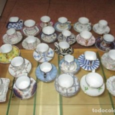 Vintage: COLECCIÓN 25 MINIATURAS DE TAZAS DE CAFÉ Y SUS PLATOS - CON SU VITRINA A MEDIDA.. Lote 128204899