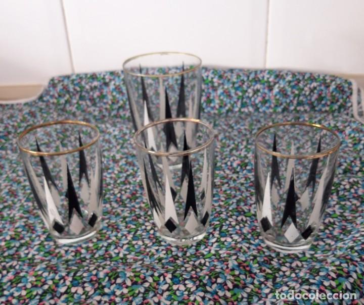 4 VASOS DE CRISTAL SERIGRAFIADO EN BLANCO Y NEGRO CON BORDE DORADO-AÑOS 50-60 (Vintage - Decoración - Cristal y Vidrio)