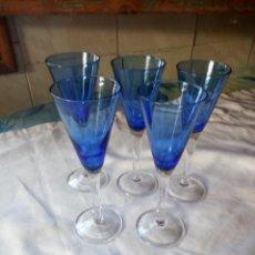 Vintage: JUEGO DE 5 COPAS DE LICOR EN CRISTAL AZUL.. Lote 131603966