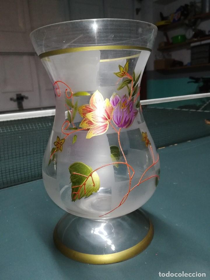 ANTIGUO JARRÒN O FLORERO EN CRISTAL, ESMALTADO, DECORADO Y GLASEADO CON FLORES Y HOJAS. MIDE 23 CMS (Vintage - Decoración - Cristal y Vidrio)