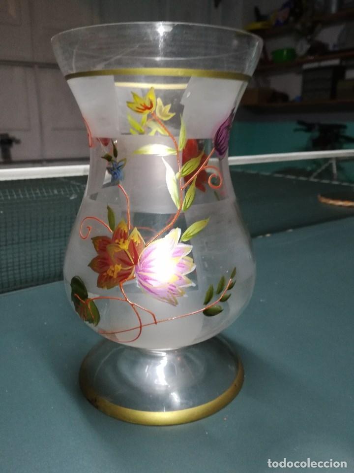 Vintage: Antiguo jarròn o florero en cristal, esmaltado, decorado y glaseado con flores y hojas. mide 23 cms - Foto 2 - 132433014
